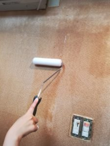 壁にのりを塗るところ